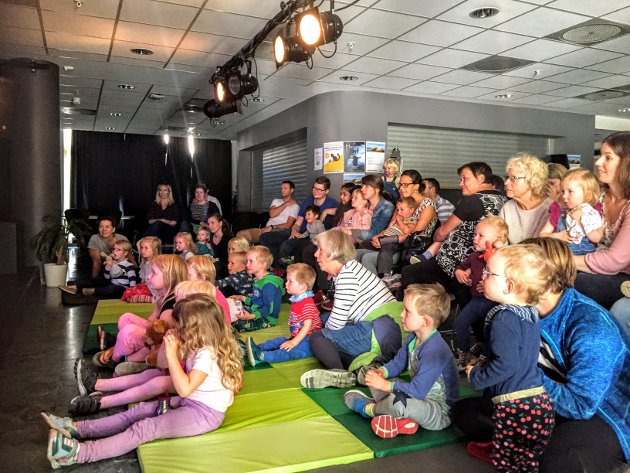 """""""Musen, pusen og Osten"""" engasjerte barna i Ås kulturhus på lørdag."""