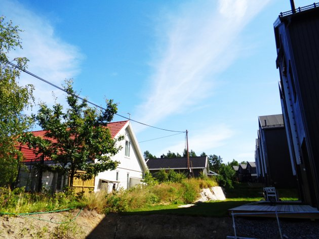 Søråsveiens småhus hageutsikt til Hestehagen.