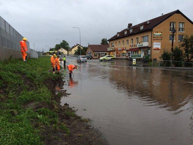 VÅTT: Vannet skapte problemer i Brynsveien på Kolsås torsdag morgen.