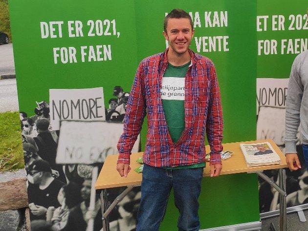 Benjamin Bro-Jørgensen ved valgtorg med Grønn Ungdom på Tingvoll 31.8.2021