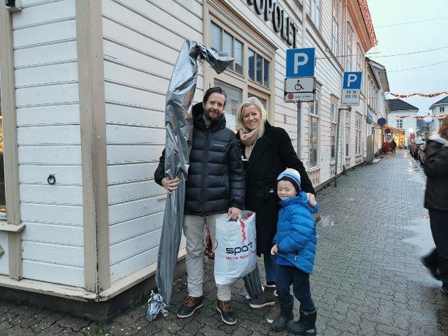 Anders, Marie og Nikolas Lindstøl (5 år) har forhåndsbestilt julegaver i Risør som ventet da de kom på ferie: – Vi har lyst til å prøve Risør først.