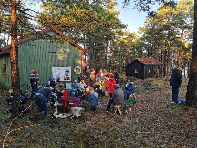Tyskerbrakka ble kafe søndag. Mange fant veien til Urheia og samlet seg rundt bålet.