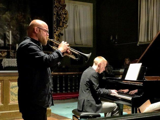 """Eirik Dørsdal (trompet) og Herman Bakke Karlsen (piano) åpnet konserten med """"Ver no velkomne med æra"""" av Geirr Tveitt, sammen med Henrikke Gjermundsen Rynning på cello."""