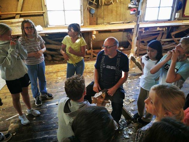 Trebåtbygger John Andersen er en svært ivrig og kunnskapsrik formidler for både barn og voksne. Han ga 5.klassingene både kulturhistorie og opplæring i håndverket.