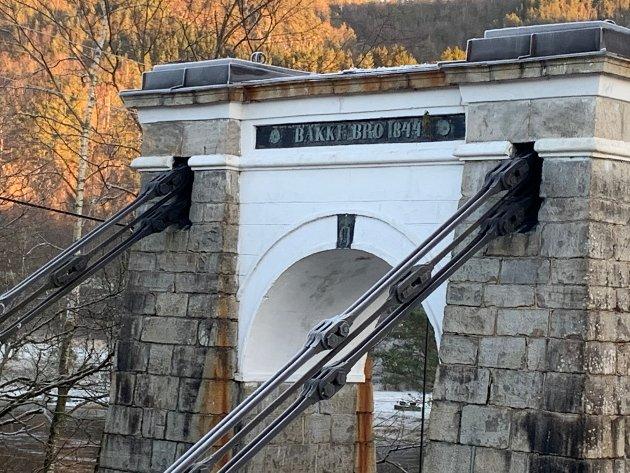 STENGT: Bakke bro har vært stengt siden desember i fjor. Nå vil stortingspolitikerne ha broen fikset.