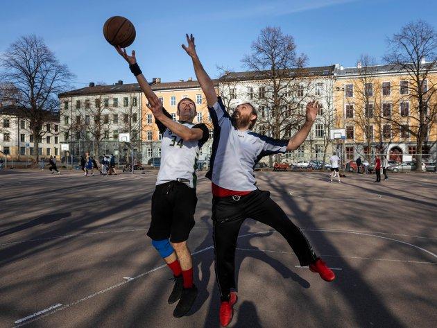 SAL-parkreportasje-4 Apollon (venstre) og Kostos spiller en intens runde basket. Foto Sara Aarøen Lien