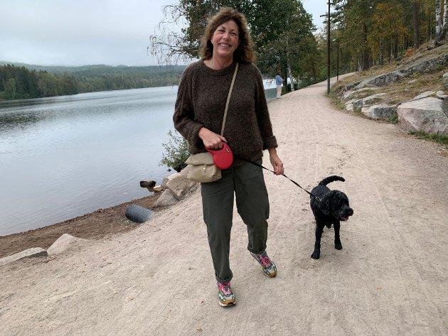 TROFAST: - Jeg har vært her siden jeg var barn, sier skuespiller og komiker Helén Vikstvedt. Hun mener Sognsvann er et perfekt sted for uregjerlige hunder som Noodle. Han er lommekjent og roer seg ikke før han har badet. Etterpå er det bare å labbe rundt vannet.