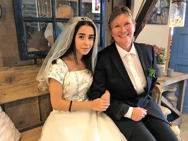 BRUR OG OG BRUDGOM: Nasim Kanisirany og Rita Helland tok utfordringa som brur og brudgom.