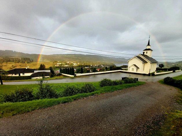 Ei flott regnboge la seg over Seim førre fredag.
