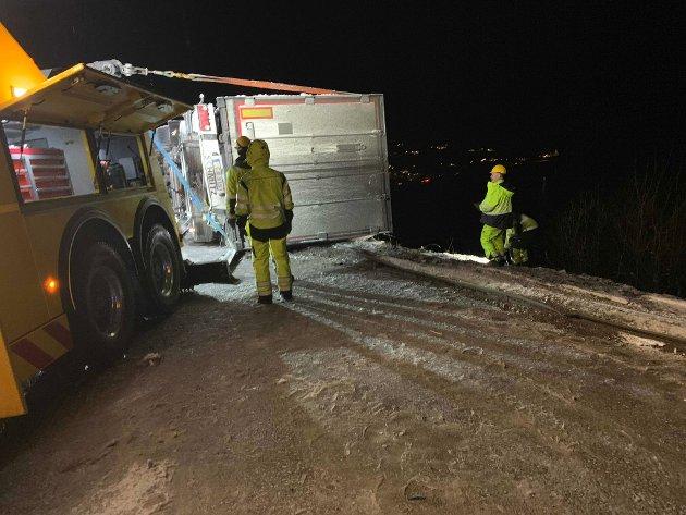 Heldig utfall: Trailersjåføren kom fra uskadd fra hendelsen, men det var ikke mye om å gjøre før kjøretøyet skled utfor kanten.