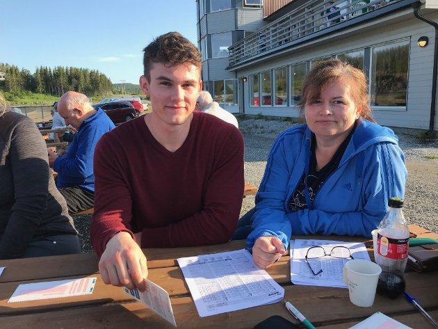Daniel Aunan Bolstad (21) og Kristin Aunan (46) viet lørdagskvelden til trav. For Daniels del var det første gang på et travløp.