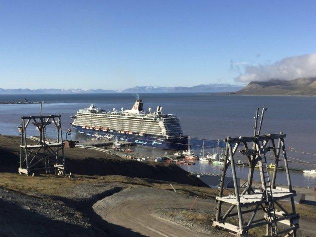 Skipstrafikk: Skipstrafikk som historisk sett har vært en viktig del av utviklingen i Nordområdene påvirker i stadig større grad Longyearbyen. Foto: Julia Olsen