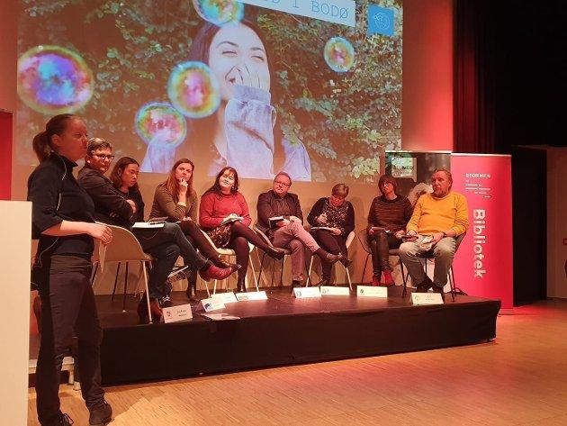 Alle partiene i bystyret var representert, med unntak av partiet Rødt. Til venstre vises møtelederen Silje M. Ljosland.