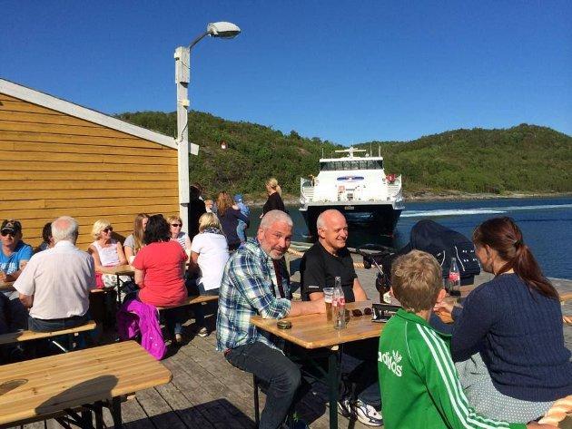 Hurtigbåtanløp og åpen pub på Skutvik.