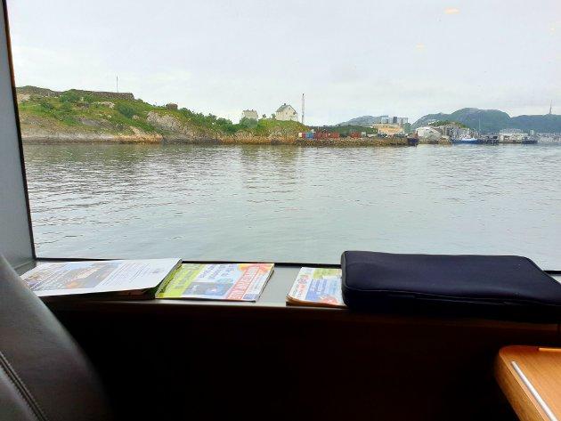 Noen tidsskrifter og en laptop ble brukt som vindskydd da nordavinden om bord ga skribenten full bakoversveis på turen med NEX II fra Svolvær til Bodø.