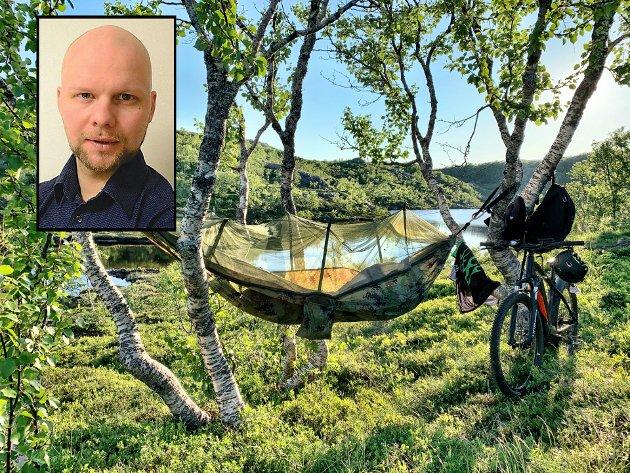 Nyhetsleder Espen Bless Stenberg valgte å sykle hjem da nordavinden blåste hengekøya 90 grader ut. Med ham oppi. Nå ber han folk tenke seg om før de legger ut på skogsturer.