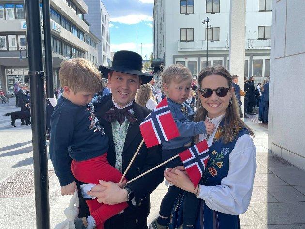 Daniel Helgesen (35) og Alise Pedersen (34) sammen med sine to barn Sivert og Elias.