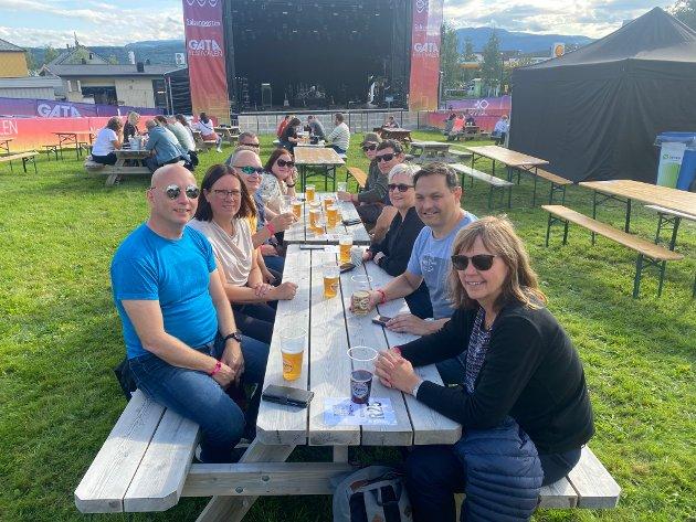 Gjengen her er glad for å komme ut på festival. Fra venstre foran til bak: Jahn Otto Fiskevik (52), Hege Johansen (49) og Jan Ivar Olsen (52). Fra høyre foran til bak: Mette Moen (54), Geir Johansen (51) og Tina Jørgensen (49).