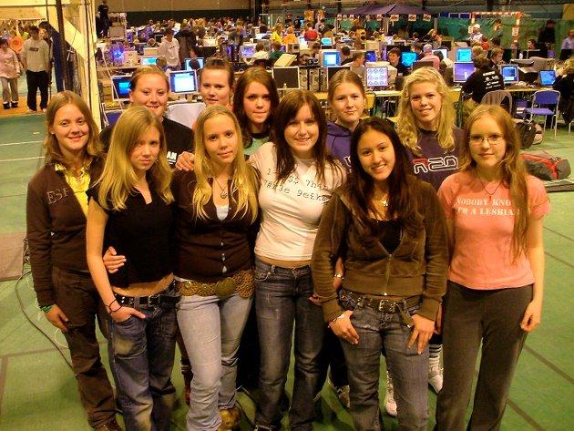 ByLAN 2005 på Bønes.  Foran fv. Pernille Wangsholm (14), Lorraine Skålevik (16), Rebecka Taule (17), Elin Landro (17), Lene Silseth (15).  Bak fv. Birgitta Ersland (16), Ann Christin Eitrheim (21), Kine Viktoria Jørgensen (17), Thea Clark (16), Nina Nygaard (17) og søsteren Beate Nygaard (15).