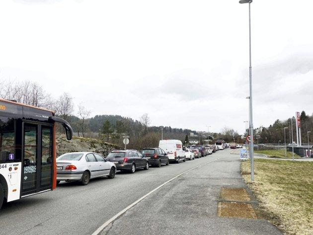 LANG LANG REKKE: Bussar, privatbilar, firmabilar og lastebilar står i lang kø for å komme ut frå Haukås næringspark i Åsane og ut på E39 i rushtida.