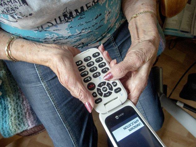 – Det er mange eldre som fortsatt vil ha fasttelefon, mobiltelefonen er ikke så god å høre i, skriver innsenderen.
