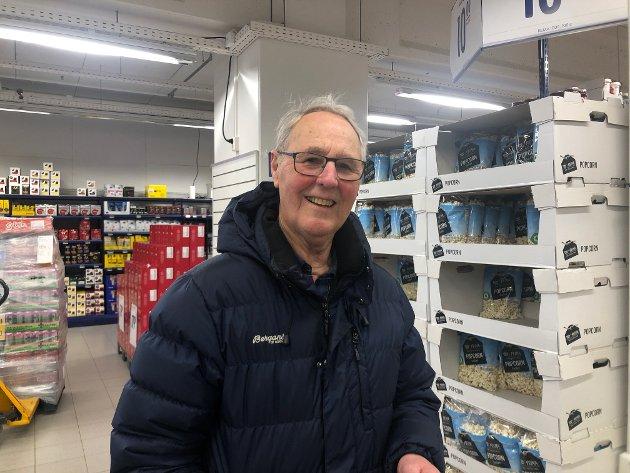 Kjell Sandvik Jensen forteller at morfaren hans døde av spanskesyken i 1918, og mener det er mange likheter mellom koronaviruset og spanskesyken. Jensen har handlet inn litt hermetikk, men tar ting etter hvert.