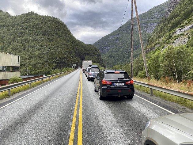 – Vi kjører i konstant frykt for at raset skal komme. Og med de store køene som til tider er på veien, kan det ende i katastrofe. Foto: Mats Myredal