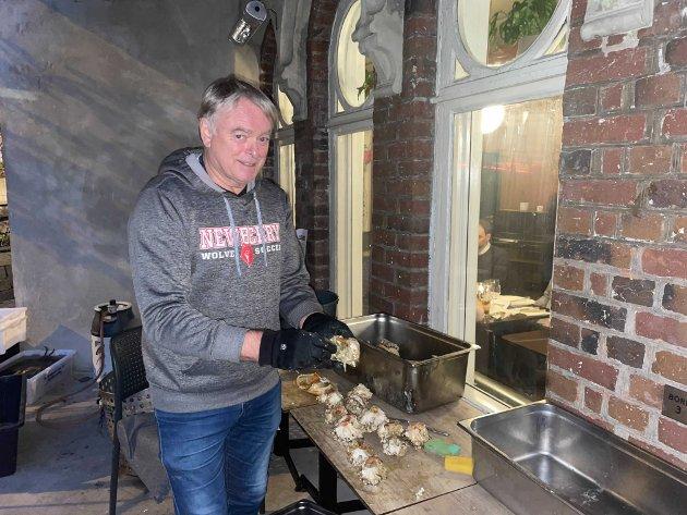 Krabbesjef Bjørn Simonsen rensket og la klar krabber til alle gjestene. – Om jeg skulle spist meg i hjel, så måtte det blitt på krabber. Det er fantastisk godt.