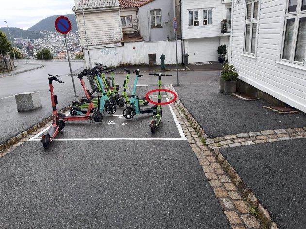 Kommunen har satt opp parkeringsplass for el-sparkesykler i Skansegaten på den eneste plassen rullestolbrukere kan komme seg opp på fortauet (rød ring på bildet) og inn til Skansedammen. Nå må de kjøre i veien hele kvartalet rundt om de kommer fra oppsiden. Foto: Privat