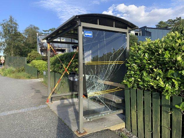 Enda et busstopp langs Hesthaugvegen i Åsane ble knust denne helgen. Dette er ved Fossekleiva. Samme skur ble knust i juni og var fikset.