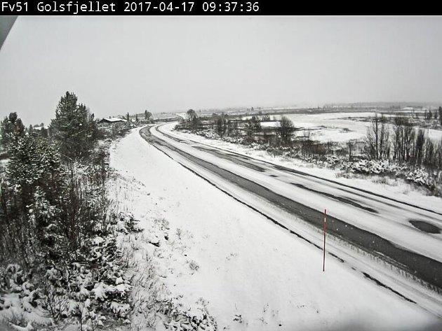 Statens vegvesens web-kamera. Bildet er lastet ned mellom klokken 09:30 og 10:00 17. april 2017. Fv. 51 Golsfjellet.