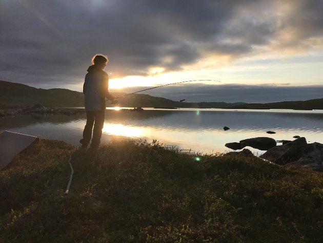 Emil Djupvik Jahr prøver fiskelykken ved Reinsjøen i Flå.