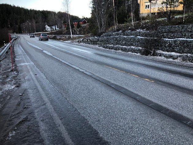 FOR LITE PENGER: Kjell Tore Finnerud er bekymret over at det er satt av for lite penger til utbedringen av Sigdalsveien, som skriker etter vedlikehold.