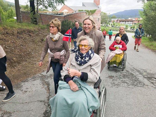 Helga Bårud (94) fikk trillehjelp av eldre- og folkehelseminister Sylvi Listhaug under Rullatormila.