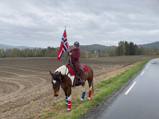 FEIRET PÅ HESTETYGGEN: Malin Rausand benyttet anledningen til å pynte Spirit og feire dagen på hesteryggen.