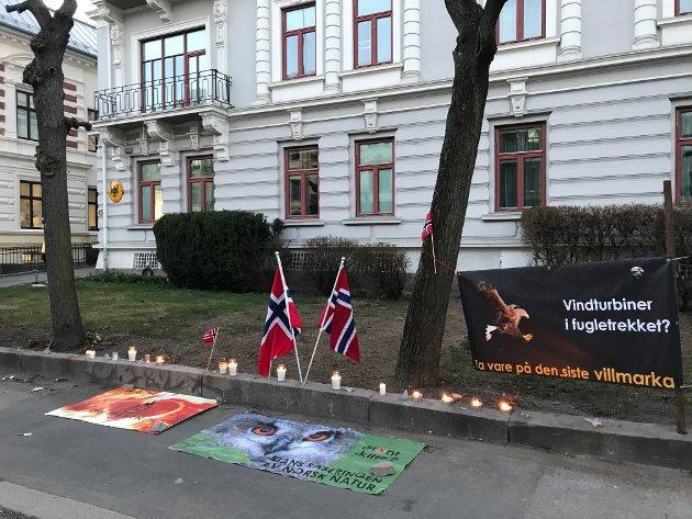 TYSKLANDS AMBASSADE 9. APRIL: Jan Helge Vassbø både bidro til og deltok ved flere markeringer, blant annet foran den tyske ambassade, skriver innsenderen. Han roser Vassbø sin iver og engasjement i vindkraftsaken.