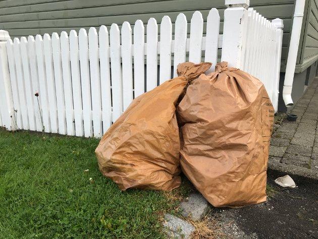 PÅ VEI UT: Papirsekkene skal erstattes med nedgravde containere. Men hvor skal de graves ned?
