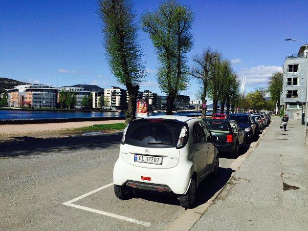 FRISKERE LUFT MED ELBIL-PARK: Elbil parkert i Øvre Strandgate i Drammen.