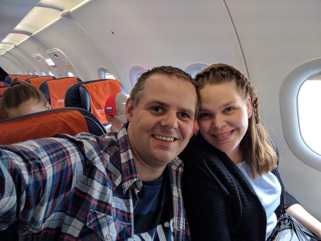 PÅ VEI: Kenneth og Else-Lill på flyet til Russland.