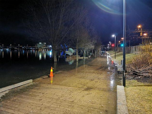 Ved 19-tida var det ikke lenger mulig å gå tørrskodd langs elvepromenaden fra Drammen stasjon i retning Tollboden.