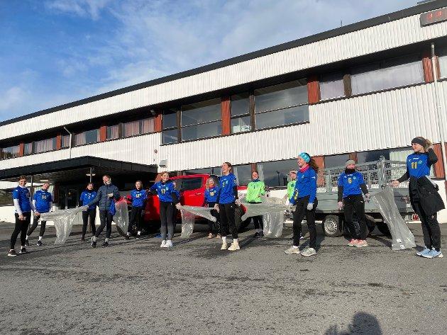 Håndballjentene på IBK Jenter07 gjør seg klare til å plukke søppel mens de jogger.
