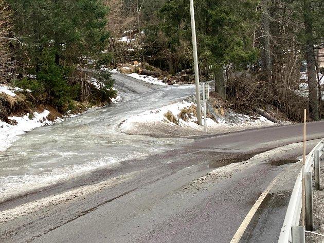 I denne bakken nær avkjøringen til Kåterudveien på Flateby, renner smeltevann ned på fylkesveien og fryser til is.