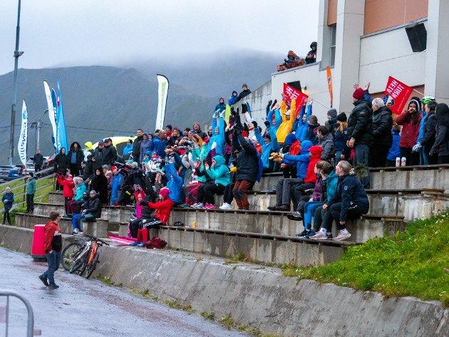 BØLGEN: Hele 438 tilskuere var møtt fram i regnværet og holdt varmen med å ta bølgen.