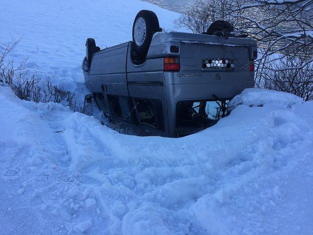 Møteulykke på Svarstad langs Dalevatnet i Bremanger- bil med ungdommar i kvelva rundt i skråning då dei møtte ein annan bil- det var nullføre og glatt.