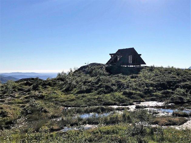 FLØGEN: Dagsturhytta på Fløgen er for dårleg fundamentert i forhold til vêrtilhøva på Fløgen. No blir hytta stengd til fundamenteringa er utbetra.