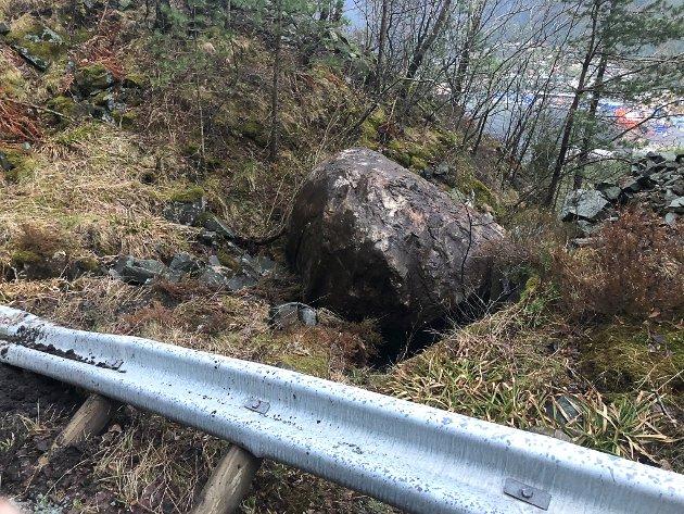 Ein stein på mellom fire og seks tonn har rasa ned på fylkesveg 614 opp forbi Svelgen. Fv 614