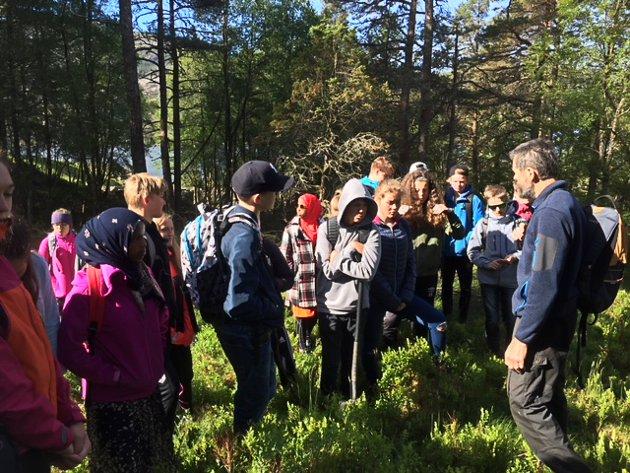 Her ser vi heile klassen med Per Helge Eikeland (SFE) som guide.