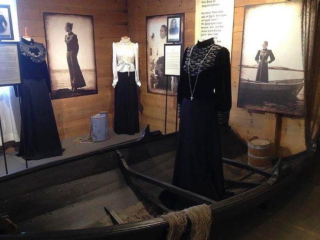 """Kystkvinneutstillinga  """"Minne om Maria, ein hyllest til kystkvinna"""" trekk stadig nye grupper til Kulturhuset Heimen."""