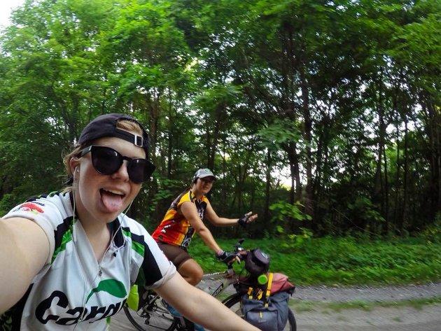 Dina Kleiven (t.v) og Aslaug Otnes (t.h.) sykla USA på tvers. Tour de America.
