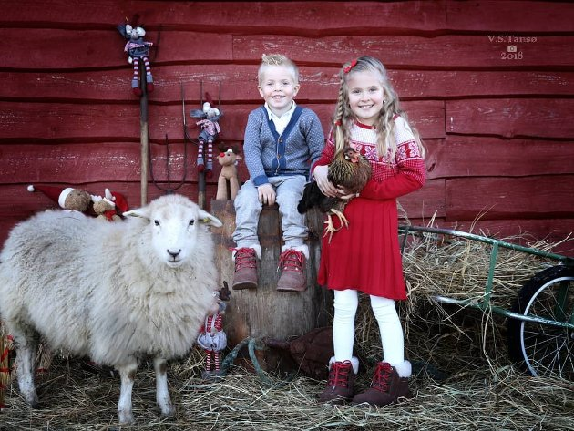 JULEKORT: Odlaug var naturleg på familien Tansø sitt julekort. Her er ho saman med Nilia (7) og Jack Levian (5)